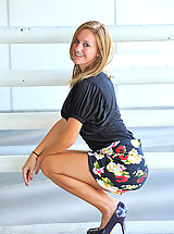 High.Heels Babes: Summer gives upskirt glimpses
