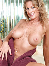 Milf Pussy: Seductive Anilos Jade gets wet in the tub and fondles her pink juice box